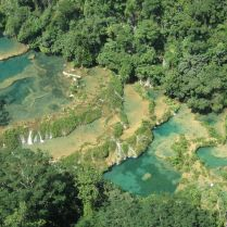 El cañón de las piscinas color turquesa (Guatemala)