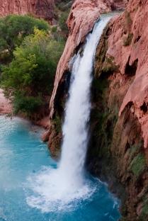 Cascadas de agua turquesa en un cañón rojizo (Estados Unidos)