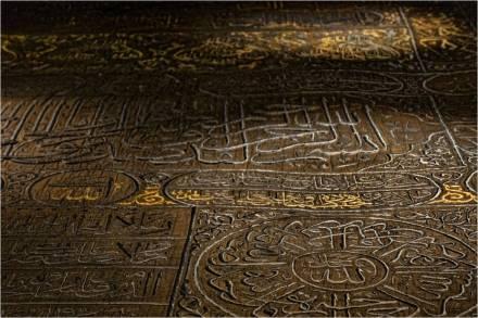 Entregan la Kiswa, el manto que cubrirá la Kaaba durante el Hajj